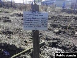 Могила у селищі Нижній Кринці на Донеччині з написом «Загинули за путінську брехню». Напис на могилі п'ятьох загиблих товаришів, як стверджували у ЗМІ та соцмережах відразу після виявлення могили, зробили російські військові