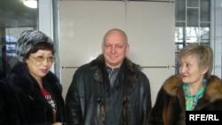 Участники флешмоба в защиту осужденных журналистов - Розлана Таукина (слева), Владимир Козлов и Раушан Есергепова (справа) в здании суд. Алматы, 11 января 2010 года.