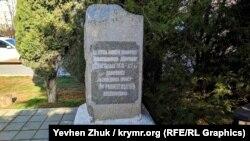 Надписи на памятниках наскоро подкрашены перед очередным праздникам Дня Победы