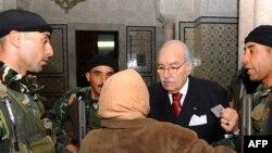 Тунисттик аял президент Фуад Мебазаа менен жолугушууда. Өкмөттүк сарай. 17-январь, 2011