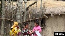 Ці таджицькі діти ростуть, як правило, без батька...