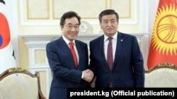 Кыргызстандын президенти Сооронбай Жээнбеков менен Түштүк Кореянын премьер-министри ЛиНак Ён.