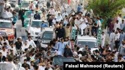 Лахор шаарындагы Нафаз Шарифтин жактоочулары. 8-июль, 2018-жыл.