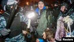 Украинская милиция разгоняет протестующих сторонников евроинтеграции. Киев, 30 ноября 2013 года.