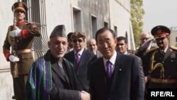 БУУнун башкатчысы Пан Ги Мун Хамид Карзайдын колун кысып жатат. 2-ноябрь 2009-жыл.