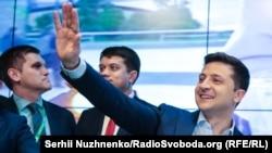 """Зеленский Украина сиёсатига """"янги одамларни"""" олиб келишини билдирди."""