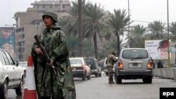 عنصر أمن عراقي يقف في نقطة تفتيش ببغداد