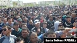 """Участники митинга """"против продажи земель"""" в Атырау. 24 апреля 2016 года."""