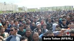 Участники несанкционированного митинга в Атырау против планов правительства по продаже земель сельхозназначения и возможной передаче угодий в аренду иностранцам. 24 апреля 2016 года.