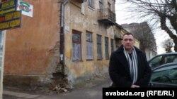 Дзяніс Турчаняк спрабаваў даведацца ў гарвыканкаме пра гаспадара гэтага занядбанага будынку.