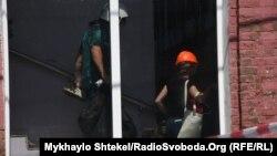 Заступник мера Одеси Андрій Котляр повідомив, що вцілілі постояльці готелю шукають свої речі на місці пожежі