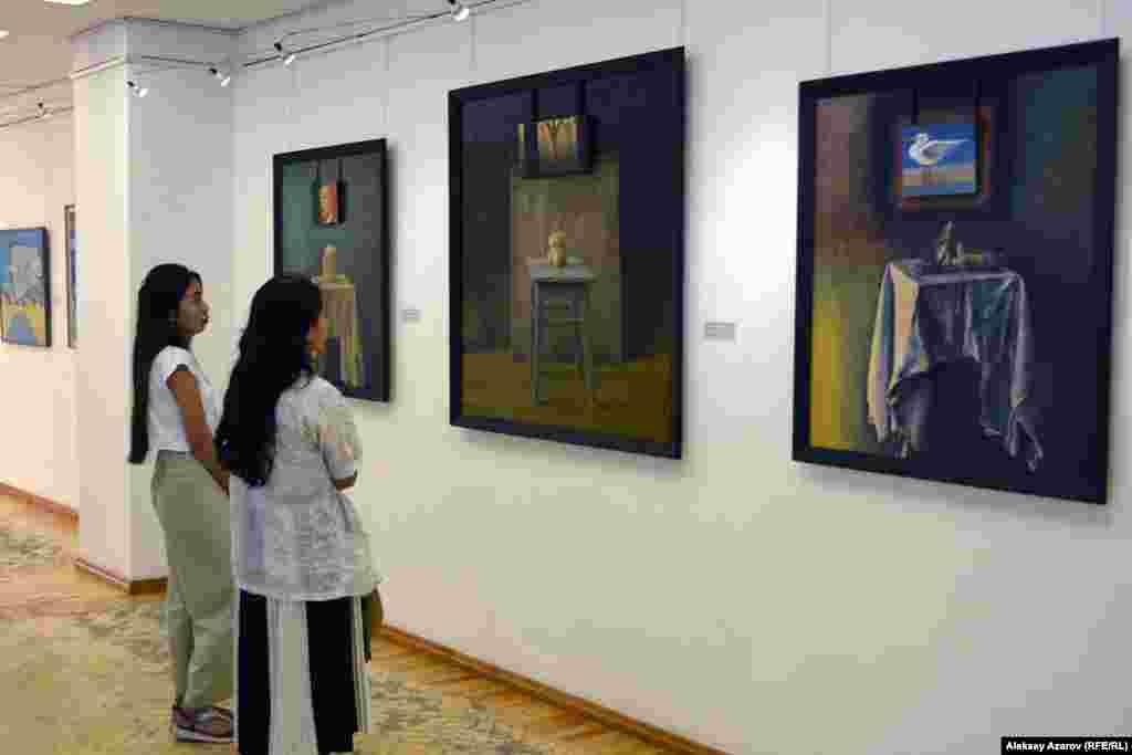 Иным настроением наполнены три картины Кадыржана Хайрулина. Оно отражено в названии этого триптиха – «Снова грусть».