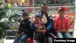 Джурабек Кимизов с детьми.