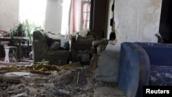 Pamje nga dëmtimet nga lufta në një banesë në Donjeck në pjesën lindore të Ukrainës