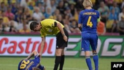 Англия - Украина матчына төрелік еткен венгриялық Виктор Кассай. Донецк, 19 маусым 2012 жыл