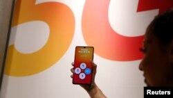 Radnica pokazuje Huawei 5G pametni telefon
