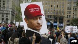 Портрет Путина на демонстрации противников Трампа в Нью-Йорке 3 июня 2017
