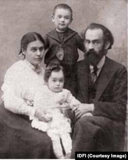 ბენია ცოლთან, ნადეჟდა კალოევთან და შვილებთან ერთად