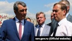 Дмитро Медведєв (праворуч) під час робочої поїздки до Севастополя 25 липня 2016 року