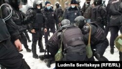 Протестная акция в Пскове, 23 января 2021 года. Задержанному разбили нос