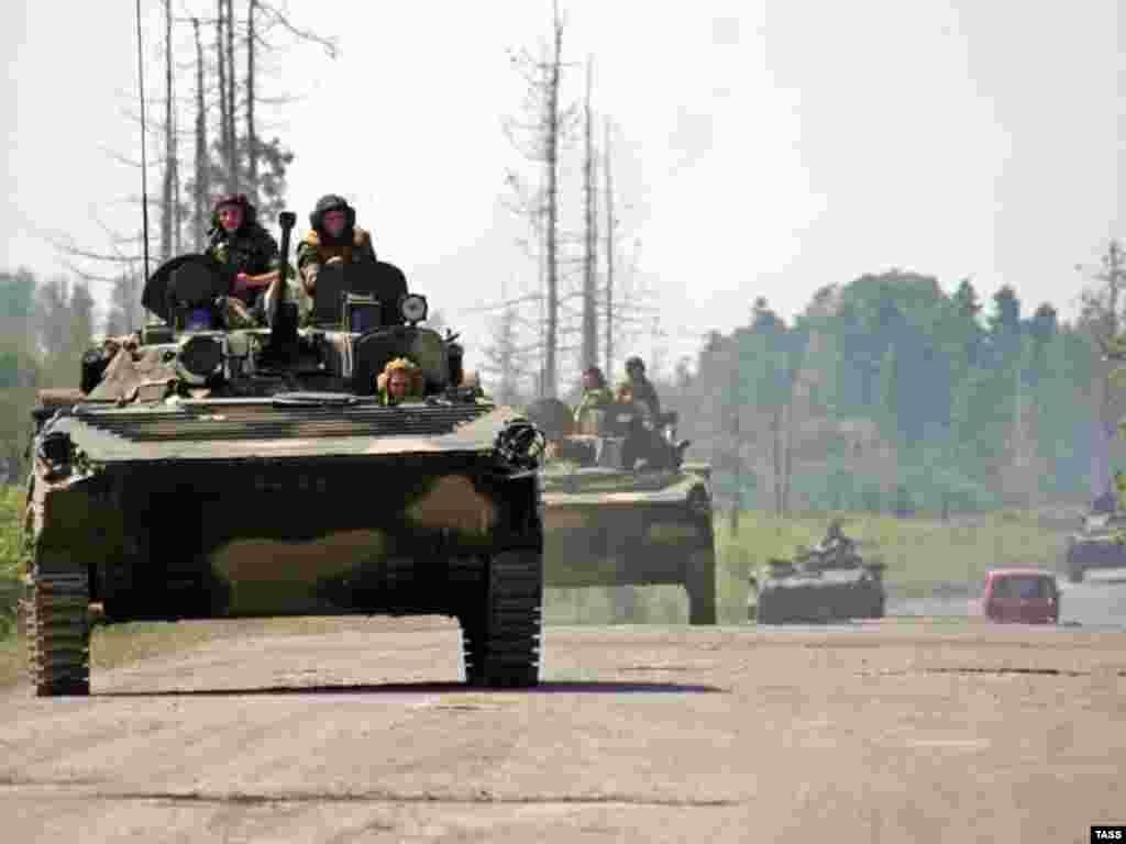 Kolona ruskih transportera na putu u Gali disktriku, Abhazija - Kolona ruskih transportera na putu u Gali disktriku, Abhazija