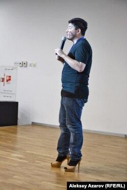 Активист Амир Шайкежанов часть своей лекции о гендерном равноправии простоял в женских туфлях на высоких шпильках. Алматы, 10 марта 2018 года.