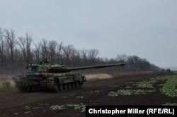Українські танки повертаються назад на свою базу після останніх навчань на сході України