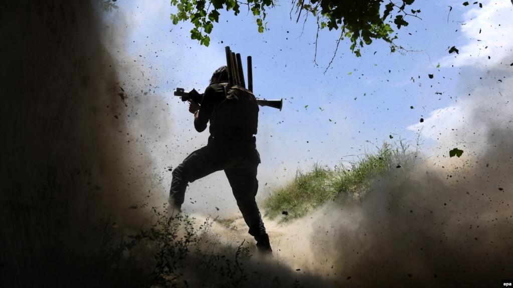 Солдат афганской армии во время атаки боевиков ИГИЛ, провинция Нангархар, 21 мая, 2017.