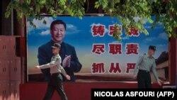 Bilbord sa likom kineskog predsednika Si Đinpinga na ulazu u Zabranji grad u Pekingu, maj 2020.