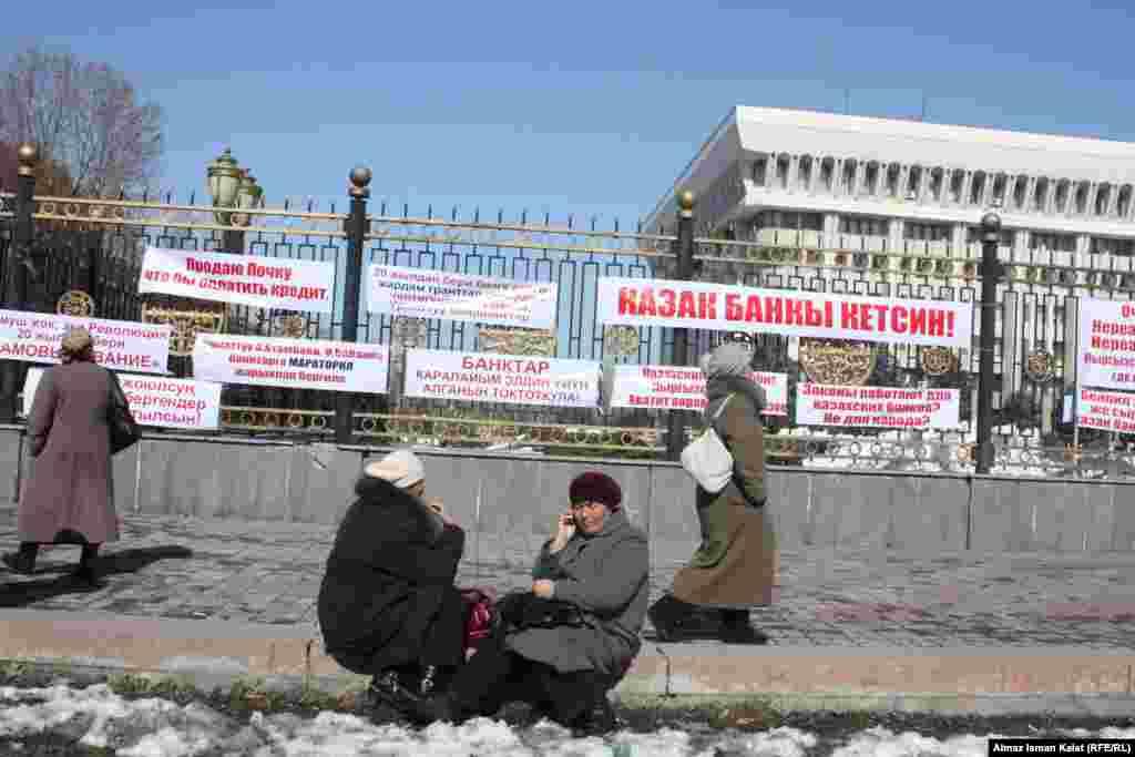 Представители Нацбанка отрицают случаи суицида среди заемщиков МФО в Кыргызстане.