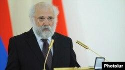 Турецкий правозащитник и публицист Раджып Зараколу выступает в Ереване, после вручения ему награды президента Армении, 29 марта 2012 г.