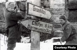 После изгнания оккупантов в Великом Новгороде сбивают немецкие указатели