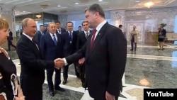 Порошенко і Путін у Мінську потисли один одному руки