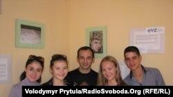 Учасники проекту – Айдер Муждаба (по центру), Настя Колтунова (справа від нього), Сімферополь, 5 вересня 2011 року