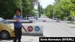 Сотрудники милиции у блок-поста недалеко от Оша.