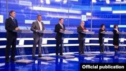 Мәжіліс сайлауының теледебатына қатысып жатқан алты партия өкілі. Астана, 16 наурыз 2016 жыл. ОСК фотосы.