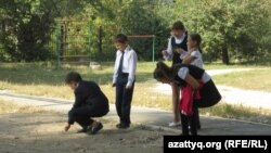 Үзіліс кезінде мектеп ауласында ойнап жүрген оқушылар. Алматы, 22 қыркүйек 2013 жыл. (Көрнекі сурет)