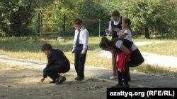 Учащиеся школы-гимназии № 5 на перемене. Алматы, сентябрь 2013 года.
