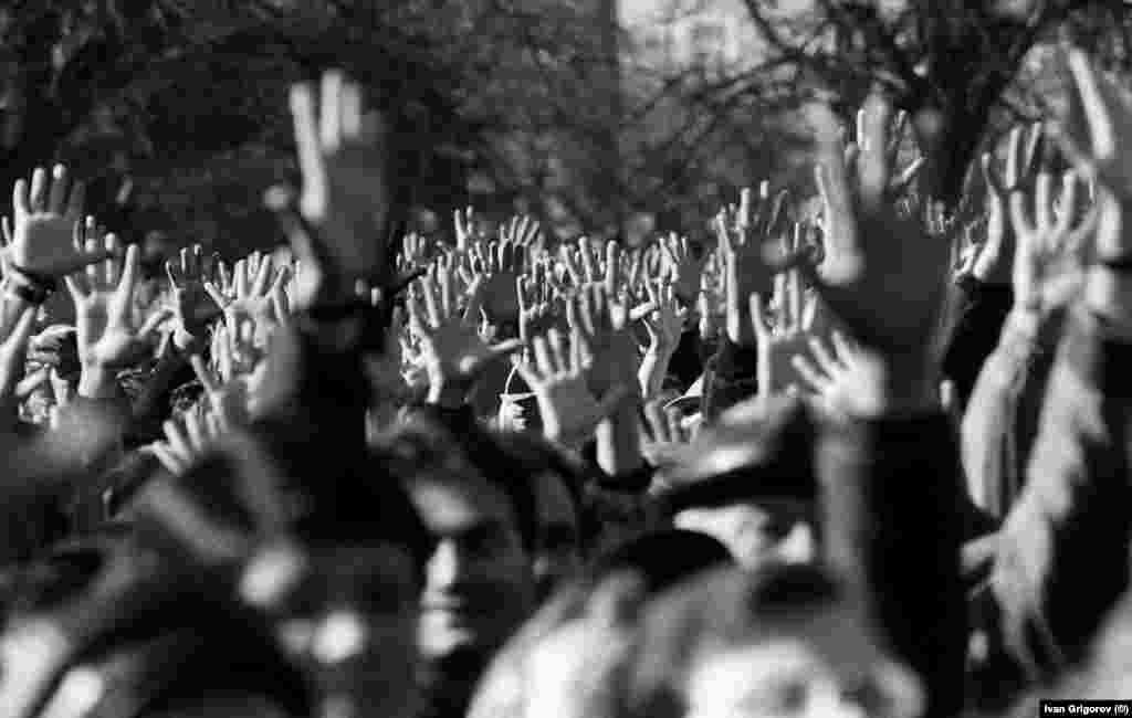 Голяма част от участниците в митинга подкрепят призива за връщане на имената на българските турци с вдигнати ръце с разперени пръсти.