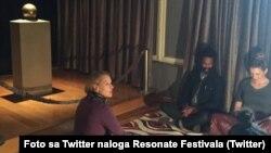 Fotografija 16. aprila na zvaničnom nalogu festivala Resonate Beograd, koji okuplja umetnike zainteresovane za poziciju tehnologije u umetnosti i kulturi iz celog sveta. Reč je o intervjuu sa muzičarem Ličensom snimanom u Muzeju Nikola Tesla.