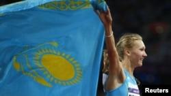 Böyük Britaniya - qazaxıstanlı idmançı Olqa Rıpakova qızıl medal udandan sonra ölkəsinin bayrağını qaldırır...5 avqust 2012