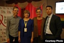 Богдан Глоба разом з Ульріке Луначек, мамою та ЛГБТ-активістом під час батьківської конференції в Києві