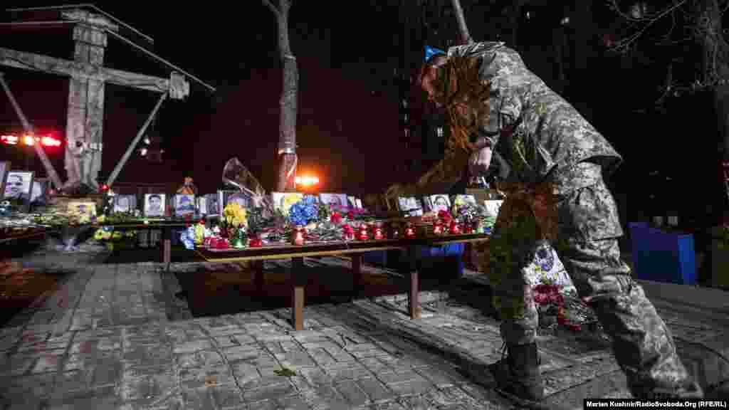 Військовий Збройних сил України вшановує пам'ять загиблих у Революції гідності