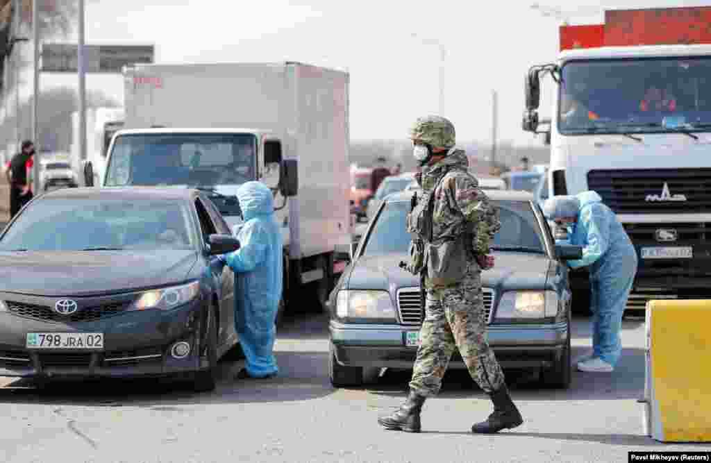 Люди в защитных костюмах проверяют документы выезжающих из Алматы водителей и записывают их данные. По информации акимата, граждан без городской регистрации в Алматы впускать не будут. По официальным данным, ежедневно в Алматы въезжают и выезжают около 250 тысяч единиц транспорта.