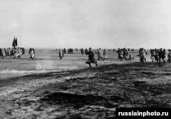 Қызыл армия әскері қазіргі Санкт-Петербург қаласы маңындағы Кронштадт теңізшілерін шабуылдау үшін мұз қатқан Финн бұғазынан өтіп барады. 1921 жыл, наурыз.