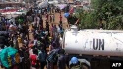 В одном из пригородов столицы Южного Судана Джубы 16 декабря. Миротворцы ООН доставили воду жителям, покинувшим свои дома