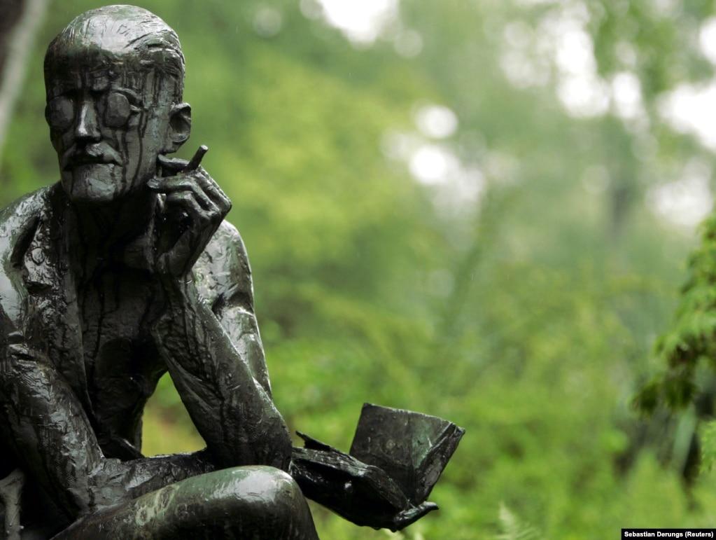 مجسمه جویس در نزدیکی آرامگاهش در زوریخ سوئیس