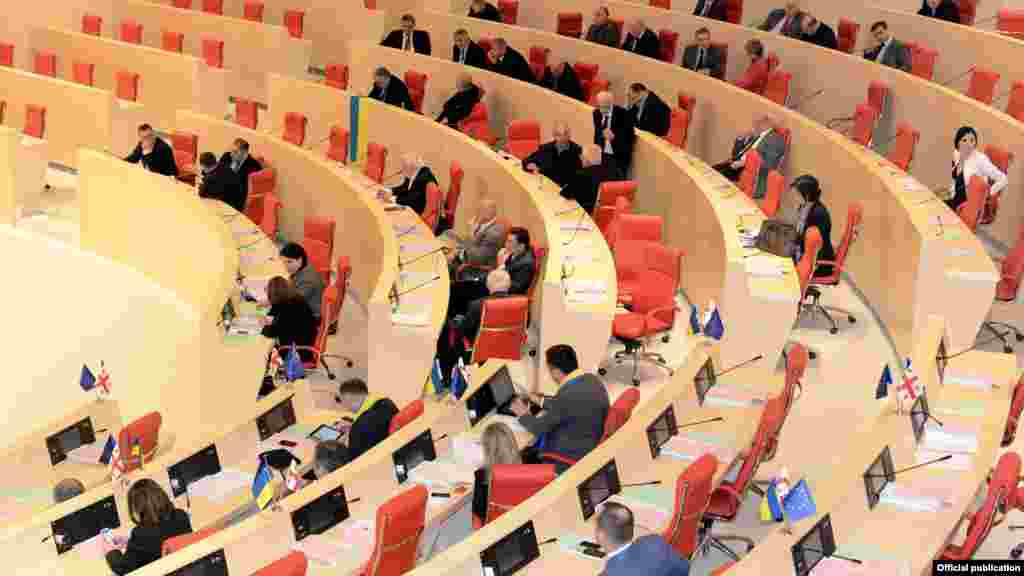 Грузинська опозиція прийшла до парламенту з символікою України