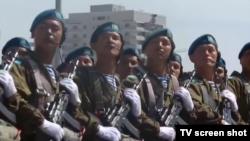 Қазақстан Отан қорғаушы күніне байланысты Астанада өткен әскери парадқа қатысушы әскерилер. Астана, 7 мамыр 2015 жыл. (Телеэфирден скриншот)