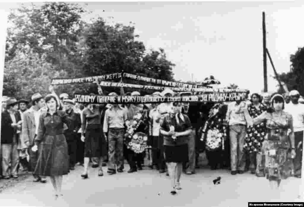 Кырымтатарларны эзәрлекләүгә протест йөзеннән үз-үзен яндырып үтергән Муса Мамут җеназасы.